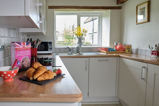 Middlewick Holiday Cottages: The kitchen of Orchard View