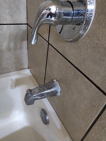 Quality Suites: Gross broken shower fixtures that keep dripping
