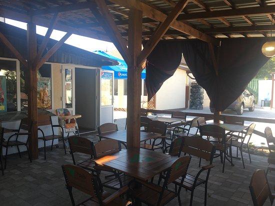 Bilosaraiska Kosa, ยูเครน: это кафе на территории пансионата Well.com, еще на территории есть магазин, детская площадка, мангал, парковка. для детей есть коляски,манежи,стульчики. на всей территории бесплатный интернет. цены номеров от 500 грн. до 800 грн.