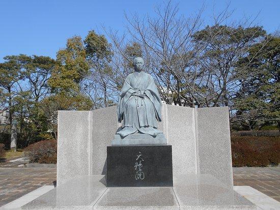 Tenshoin Atsuhime Statue