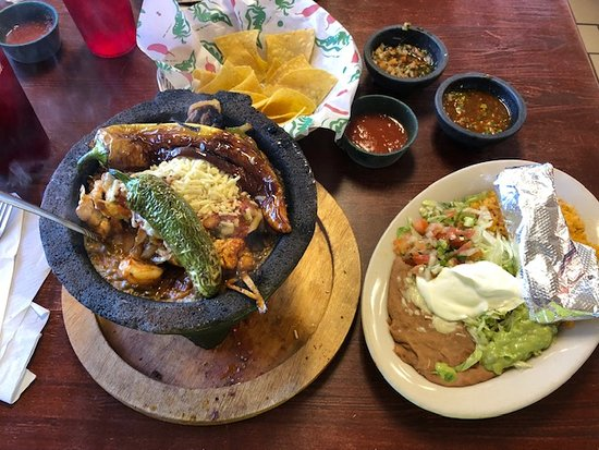 Mariachi Mexican Grill : The Molcajate with a chili toreado