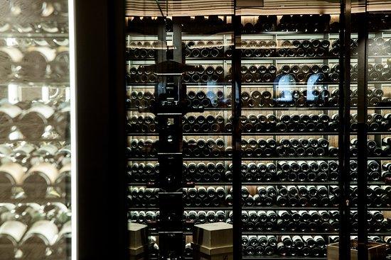 Hotel Post Ischgl: Weinschrank im Hotelrestaurant
