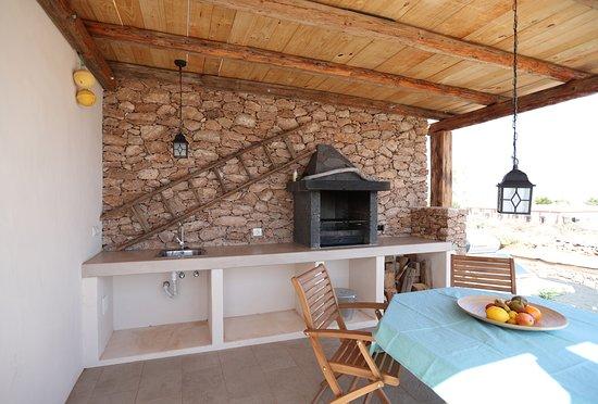 Triquivijate, Espagne : Terrasse mit Außengrill