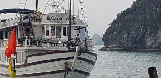 Garden Bay Genuine Halong Cruise: Aussicht vom hinteren Teil des Schiffes