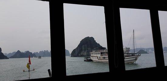 Garden Bay Genuine Halong Cruise: Aussicht von der Seite