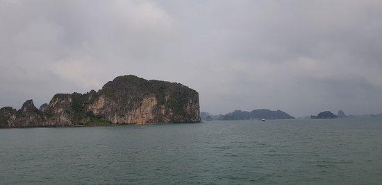 Garden Bay Genuine Halong Cruise: Umgebung