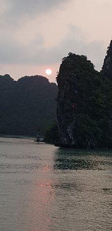 Garden Bay Genuine Halong Cruise: Sonnenuntergang auf See