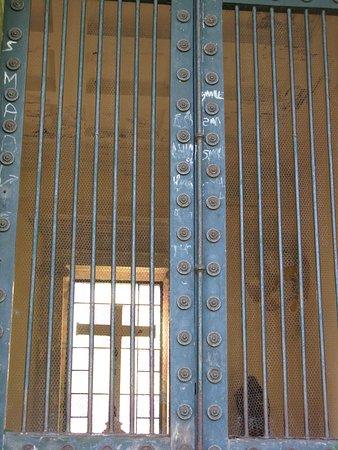Vue plongeante à l'intérieur de la chapelle expiatoire du Champ des martyrs  de Brech.
