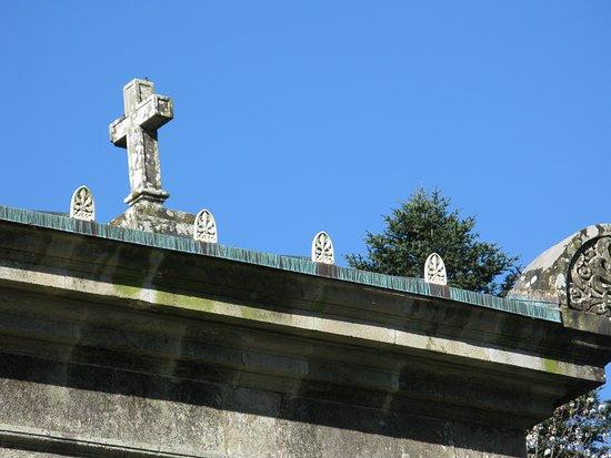 chapelle expiatoire champ des martyrs Brech ; remarquer les feuilles d'acanthe = décoration très gréco-romaine.D'ailleurs, la chapelle, elle même est construite suivant une modèle de temple gréco-romain avec colonnades !