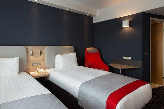 Holiday Inn Express Geneva Airport: Guest room