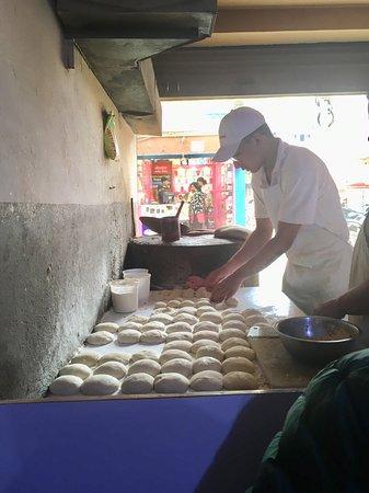Western Tandoori: ナンを作っているところ