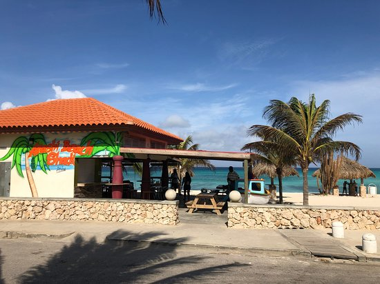 Arashi Beach Shack: View from parking lot of the restaurant