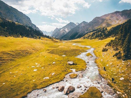 สาธารณรัฐคีร์กีซ: Diese unglaubliche Landschaft erwartet dich in Kirgistan – um genau zu sein auf dem viertägigen Jukku-Barskoon Trek. Alle Infos dazu findest du hier 👉 https://wetraveltheworld.de/trekking-kirgistan/ Wärst du jetzt auch gerne dort? Dann lass uns ein *LIKE* da!