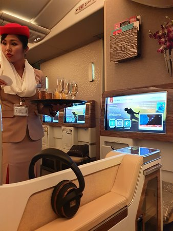Emirates: La auxiliar de vuelo siempre atenta para brindarte bebidas, ofreciendo de estas en su mayor variedad, desde champagne hasta jugos.