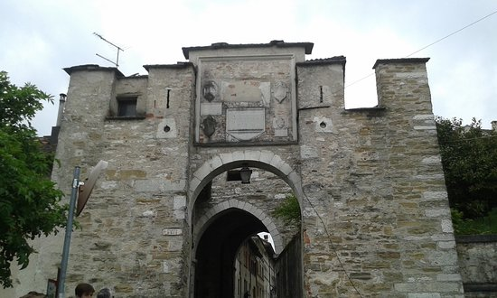 Feltre, Itália: L'antica Porta Aurea, oggi detta Oria, vista da via Borgo Ruga