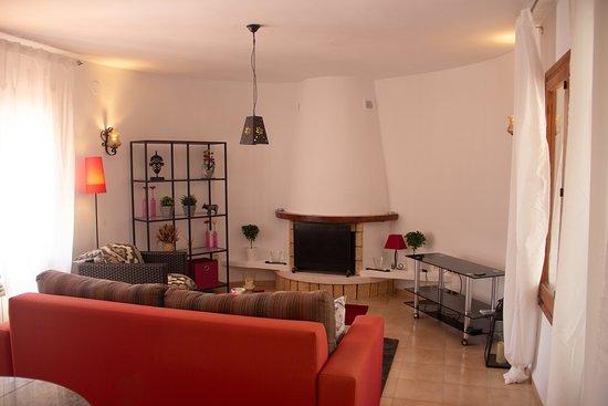 Monte Pego, Espagne : Sala de estar con vista a la chimenea / living room overlooking the fireplace / Wohnzimmer mit Blick auf den Essbereich