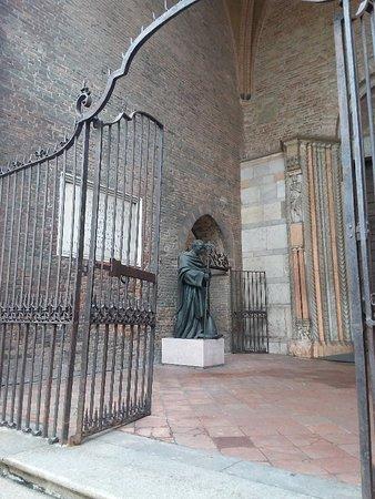 Portico del Paradiso con la statua del Papa piacentino Gregorio X