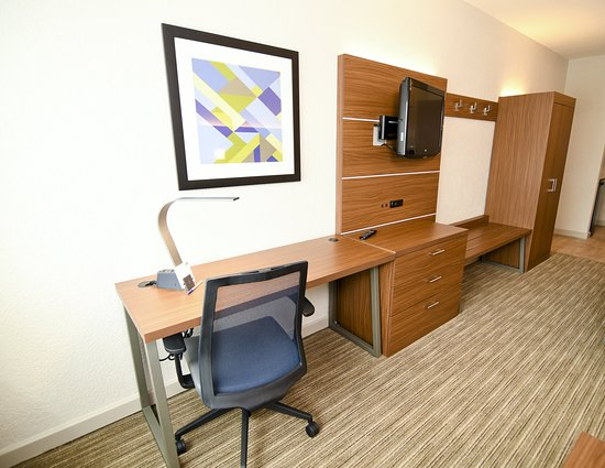 Holiday Inn Express & Suites Port Clinton: Guest room