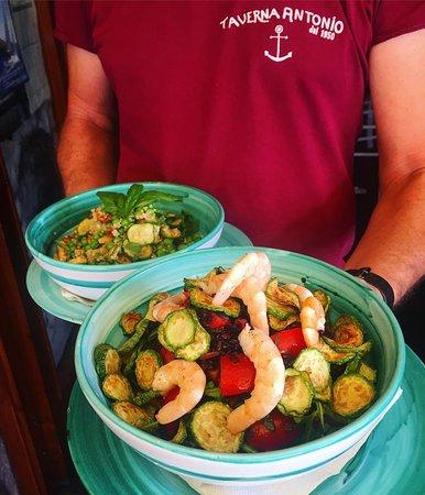 Insalata Venere: riso venere, pomodori, zucchine, rucola e gamberetti.
