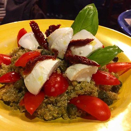 Quinoa Caprese con mozzarella, pomodori, capperi e pesto di basilico