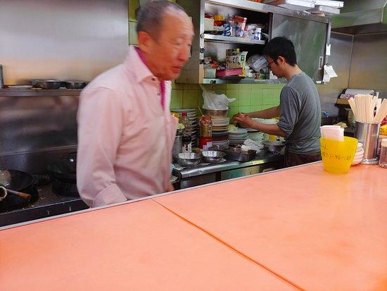 Yosuko: カウンターから厨房を見る。大将と若大将?