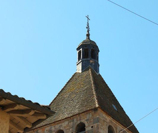 Vue extérieure de cette église, celle-ci se situe en face de l'office de tourisme