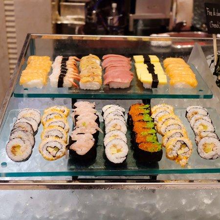 日式區有壽司、軍艦和卷物
