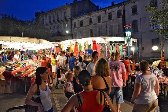 Pont-Saint-Esprit, França: Durant l'été, tous les mercredi soir, partez à la rencontre des artisants et producteurs locaux et des alentours lors du marché nocturne.