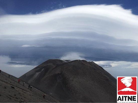 Nubi lenticolari sul cratere di sud-est