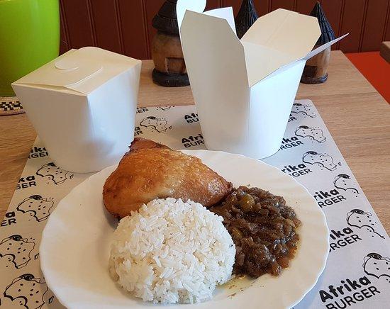 Un plat africain comme le yassa poulet cuisiné de façon traditionnelle dans une box.