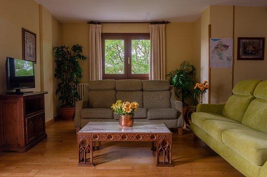 Ibero, إسبانيا: Salón de estar con sofás y televisión