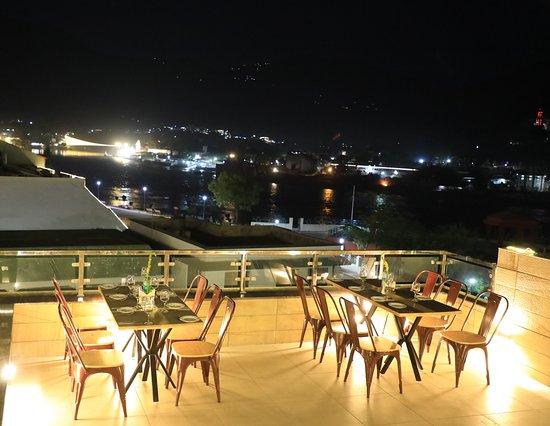Hotel Indira Nikunj Savoy: Namaste Cafe