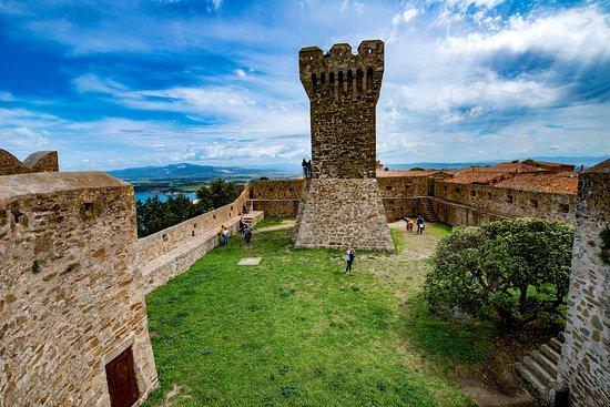 Torre medievale di Populonia e Rocca degli Appiani