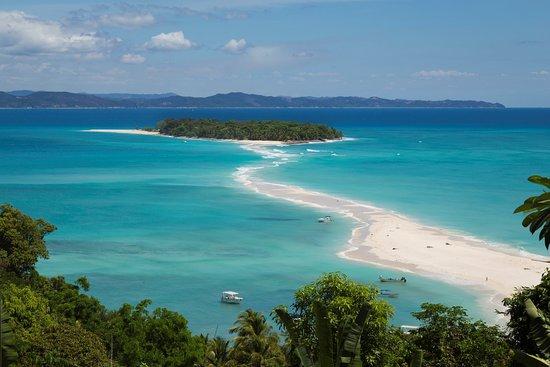 Ко-Нанг-Юань, Таиланд: Ko Nang Yuan, in Thailandia, è considerata una delle più belle isole al mondo. Si trova nel golfo della Thailandia, separata da un breve tratto di mare dalla costa nord-occidentale dell'isola Koh Tao. E' composta da tre isolotti collegati tra loro da una striscia di sabbia corallina bianchissima: la sua particolare conformazione, la bellezza del paesaggio, i colori incantevoli e gli innumerevoli pesci e coralli che si possono ammirare qui ne fanno un vero paradiso tropicale.