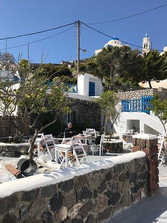 Anatoli Hotel: Arriba hay piscina y tienen terraza para el café, desayuno, etc.