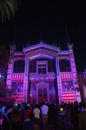 Frontis Pabellón París, edificio que alberga a Museo Artequin iluminado.