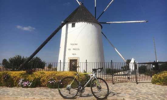 Torre-Pacheco, Ισπανία: Visited the windmill during one of Etiquette Cycling's guided rides.