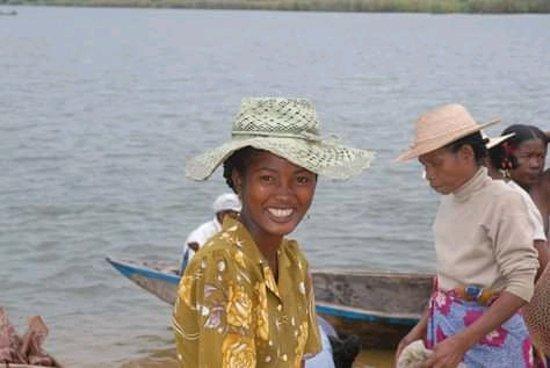 Manakara, Madagascar: beau sourire des femmes qui vous accueillent et preparent vos repas,vos bivouacs!