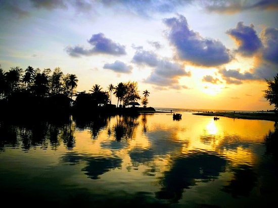 Iyara Seafood: Stunning Sunset before dinner
