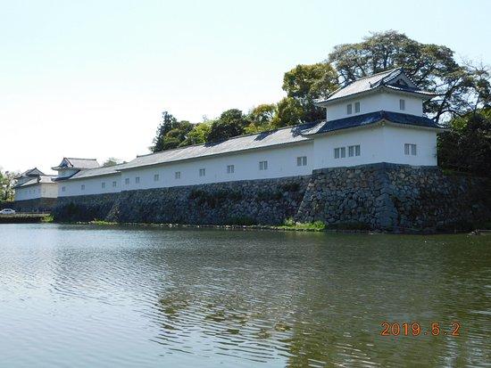 Hikone, اليابان: 旧池田屋敷長屋門 前からの彦根城景観一例