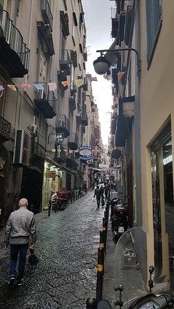 Hotel Il Convento: La rue, lieu de vie par excellence à Naples.