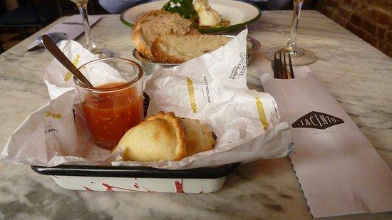 Jacinto cafe & restaurant: Empanada.