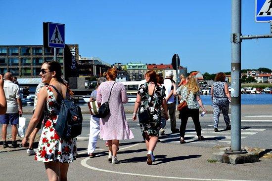 """Deltagare i stadsvandringen Kvinnornas Karlskrona 2018. //People joining the guided tour Kvinnornas Karlskrona (""""Women of Karlskrona"""") in 2018."""