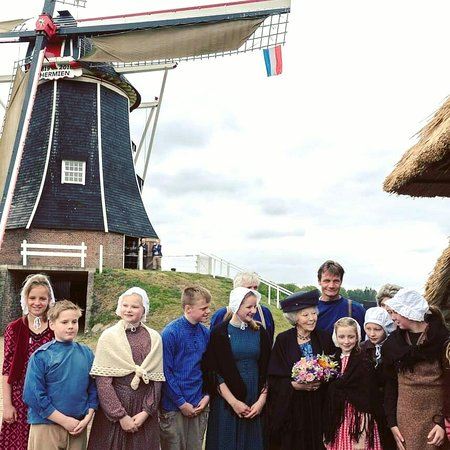 Gelderland, Nederland: Prinses Beatrix visited the 200 year old and renovated mill in Harreveld The Achterhoek as patroness of the Association of the Dutch Mill.