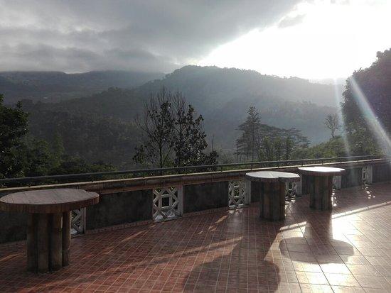 Gelioya, ศรีลังกา: View of the highest point of Hantana Mountain Range 'Uragala' at Lanka Peter's House.