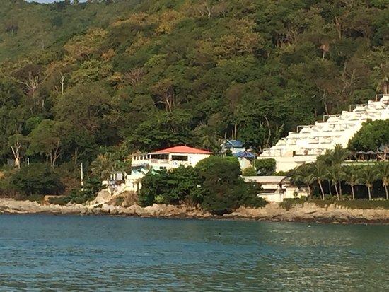 В Naiharn On The Rock останавливались 4 ночи с 19  по 23.12.2018 в делюкс номере S4. Великолепное расположение посреди двух пляжей Ao Sane и Nai Harn, минут 7 пешком до каждого. На Ао Sane есть снорклинг: насчитала штук 40 морских звёзд белого, синего и оранжевого цветов. Рыбы не слишком много, но она есть. Несколько раз выдела кальмаров, есть кораллы, заход в воду песчаный, хороший. Есть шезлонги с зонтиками, кафе и туалет с душем, пляж очень понравился. Най Харн Бич также великолепен.