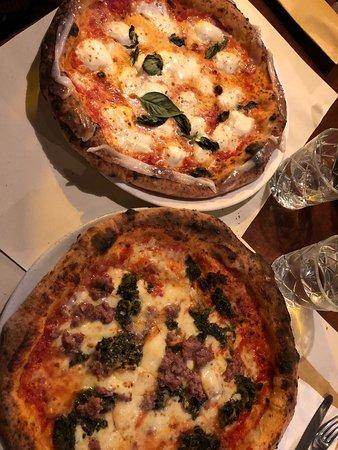 Pizza semplice con lardo di colonnata sul bordo Pizza con scamorza friarelli e sfilacci di bufala