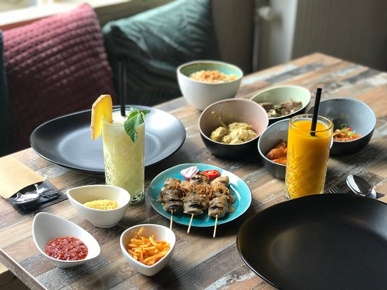 Intisari: Nanas Mojito, Mango smoothie and a delicious variety of dishes!