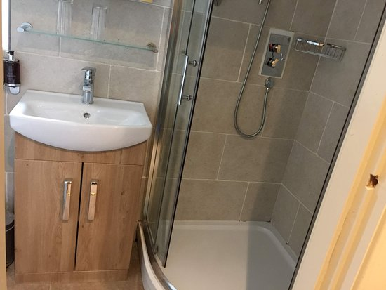 Ardlui, UK: clean bathroom, shower a little small