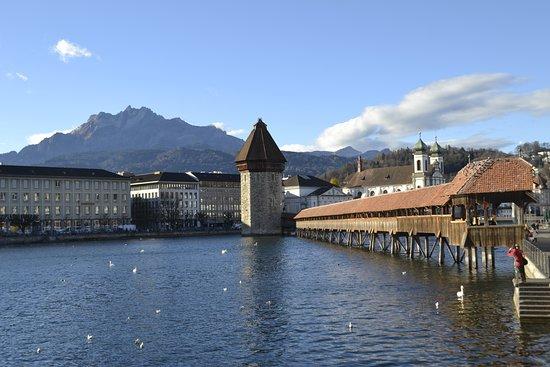 Una de las imagenes características de Lucerna, Suiza es su puente de madera (Kapellbrücke) sobre el río Reuss. Es el puento de madera más antiguo de Europa,  construido en 1365. Conecta la ciudad antigua con la nueva de Lucerna. El puente era más largo, pero sufrió un incendio que lo dañó severamente